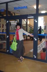 foto Agáta před knihovnou 2.JPG